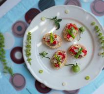 Kanapki z serkiem, boczkiem i pomidorami
