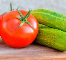 Ogórek z pomidorem - czy to zdrowe zestawienie? Jakich połączeń unikać?