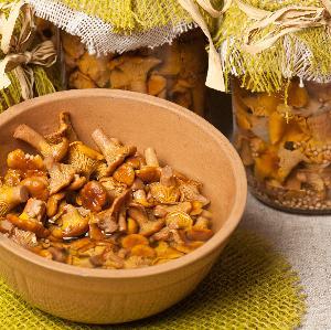 Kurki marynowane: przepis na przetwory z kurek