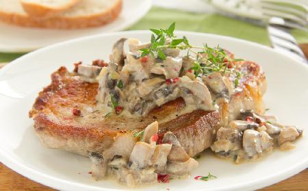Soczysty schab duszony z grzybami: danie z piekarnika