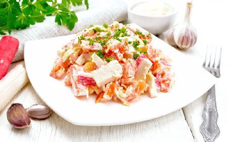 Doskonała sałatka z paluszków surimi: gotowa w 10 minut
