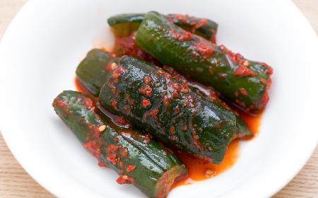 Ogórkowe kimchi: przepis na kiszone ogórki po koreańsku