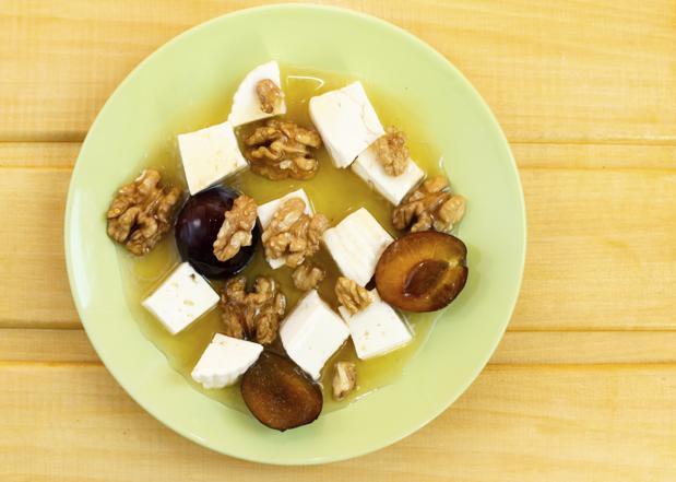 Sałatka ze śliwek z serem feta - doskonała na kolację lub lunch