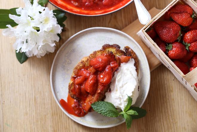 Tosty francuskie z chałki z konfiturą truskawkowo–rabarbarową i kremem mascarpone: przepis Agaty Wojdy