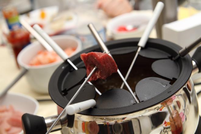 Fondue mięsne: przepis na niebanalną przekąskę