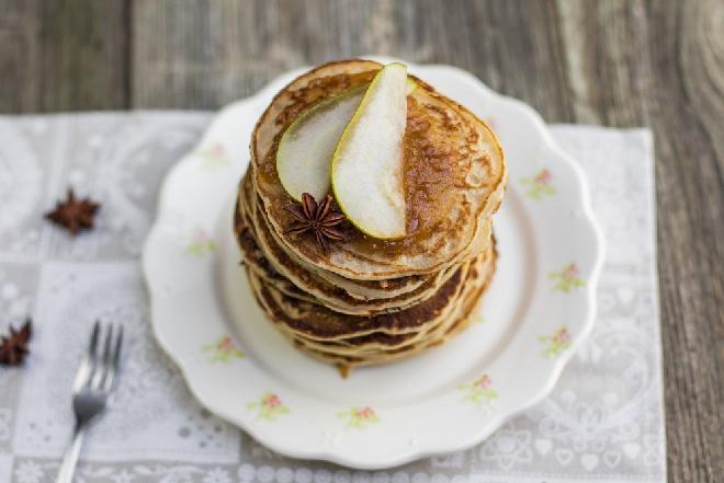 Placuszki z owocami i miodem: przepis na weekendowe śniadanie