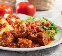 Smakowita karkówka duszona w pomidorach: przepis na wieprzowy gulasz rozpływający się w ustach