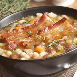 Zupa fasolowa - przepis na treściwą fasolówkę na wędzonce