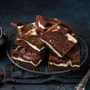 Ciasto czekoladowe z serem: przepis na 2w1 brownie z sernikiem