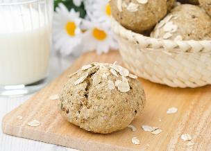 Pełnoziarniste bułki bez drożdży: przepis na śniadaniowe bułki sodowe