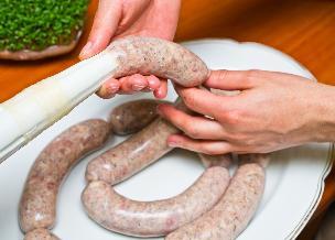 Biała kiełbasa z kurczaka - smakowita, dietetyczna i łatwa do przygotowania