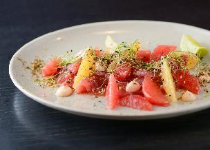 Rybna sałatka z grejpfrutem i świeżymi ziołami - urzekająco pyszna przystawka imprezowa