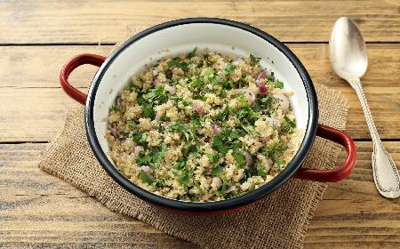 Quinoa ze szpinakiem i pieczarkami: komosa ryżowa na ciepło