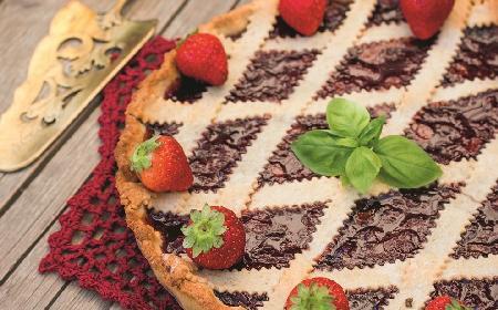 Linzer Torte: austriacka tarta orzechowa z marmoladą, tort z Linzu
