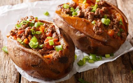 Słodkie ziemniaki nadziewane mielonym mięsem