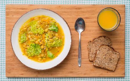 Przepyszna ryżanka z ciecierzycą i kapustą: warzywna zupa na pocieszenie