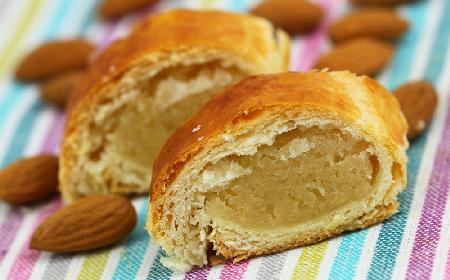 Półkrucha rolada z nadzieniem marcepanowym - smaczne i łatwe ciasto