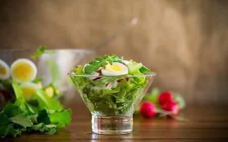 Apetyczna sałata z rukolą, jajkami na twardo i rzodkiewką -  wiosenna dawka witamin