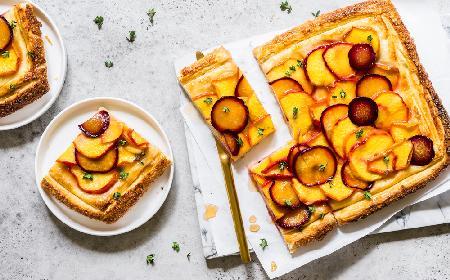 Tarta z brzoskwiniami na francuskim cieście: przepis na szybką i pyszną tartę brzoskwiniową