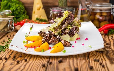 Wątróbka na liściach sałaty - prosty przepis na zdrowe danie
