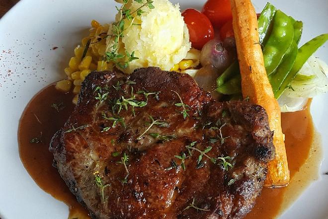 Schab w sosie własnym - sprawdzony przepis na rodzinny obiad