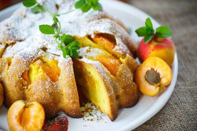 Olejowa babka z morelami: przepis na łatwe ciasto owocowe