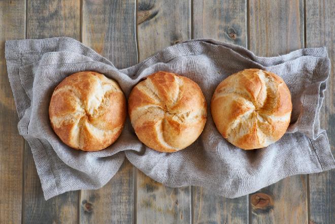 Domowe kajzerki jak z piekarni: łatwy przepis na pyszne bułki