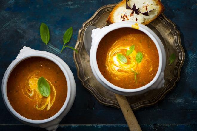Dietetyczna zupa krem z pomidorów i cukinii: lekka, sycąca, pyszna