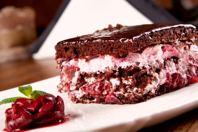 Ciasto CYGANKA - magiczny czekoladowy biszkopt z kremem budyniowym i wiśniową konfiturą