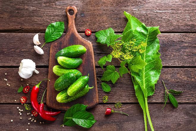 Pikantne ogórki z chilli - sprawdzony przepis na ogórki do słoików