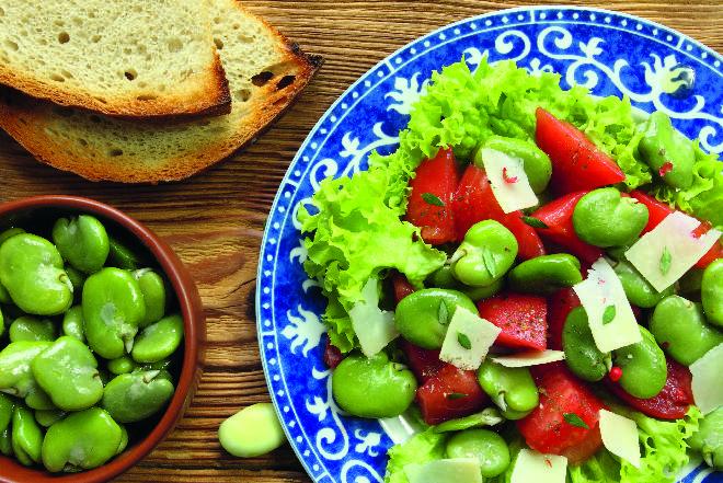 Sałatka z bobu z sosem czosnkowo-cytrynowym: prosty przepis